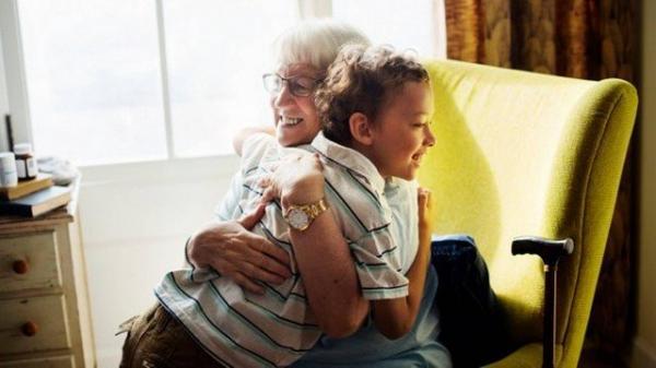 Avó cobra R$ 60 por hora para cuidar do neto