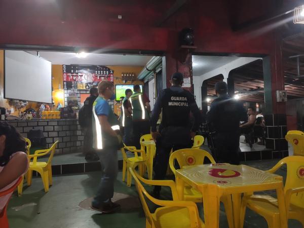 Policiais Militares e outros órgãos realizam ação de fiscalização e fechamento de bares, em Bragança