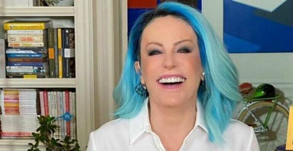 Toda estilosa, Ana Maria Braga retoca unhas em penteadeira luxuosa de seu closet