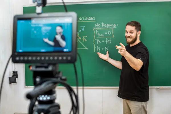 Descomplica recebe aporte de R$ 450 milhões para investir em faculdade digital