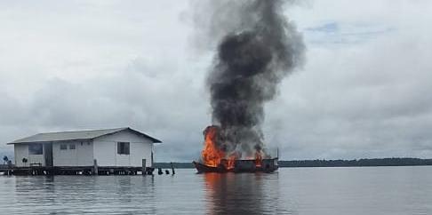 Explosão de barco deixa um ferido em porto no Pará. Vídeo