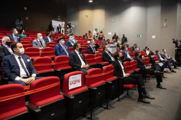 Representantes de 18 estados e do DF visitam fábrica da vacina russa