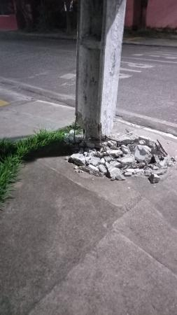Poste na Avenida Magalhães Barata, em Augusto Corrêa pode cair e causar acidentes