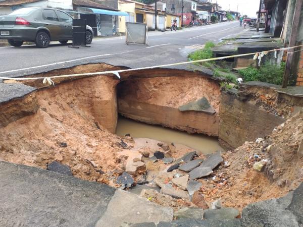 Sem nenhuma solução da Prefeitura, cratera aumenta na avenida Polidório Coelho, em Bragança