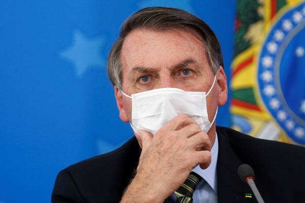 Após apresentar sintomas, Bolsonaro testa positivo para coronavírus